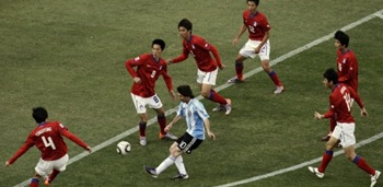 messi-e-marcado-por-seis-sul-coreanos-durante-jogo-de-copa-do-mundo-1276809033384_615x300