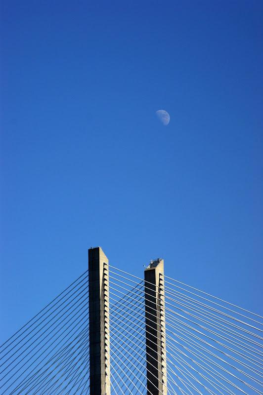 A lua e a ponte