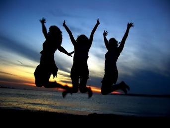 amigas felizes pulando na praia, liberdade