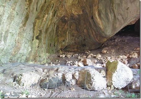 Muro de piedras en la Cova de Dalt