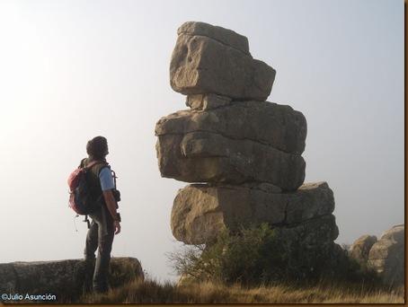 Curioso hito de piedras en el castro de El Dorre - Artajona