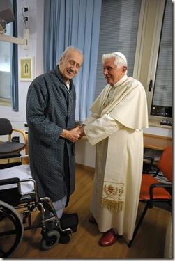 El Papa visita al Cardenal Etchegaray