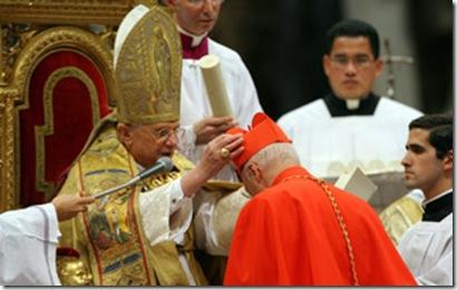 CITTA' DEL VATICANO 24-11-2007CONCISTORO ORDINARIO PUBBLICO PRESIEDUTO DAL SANTO PADRE PAPA BENEDETTO XVI POPE BENEDICKT XVI  PRESIDES THE PUBBLIC CONCISTORO FOR THE ORDINATION OF NEW  23 CARDINALSANGELO BAGNASCO  RECEIVES  THE ' BERRETTA'