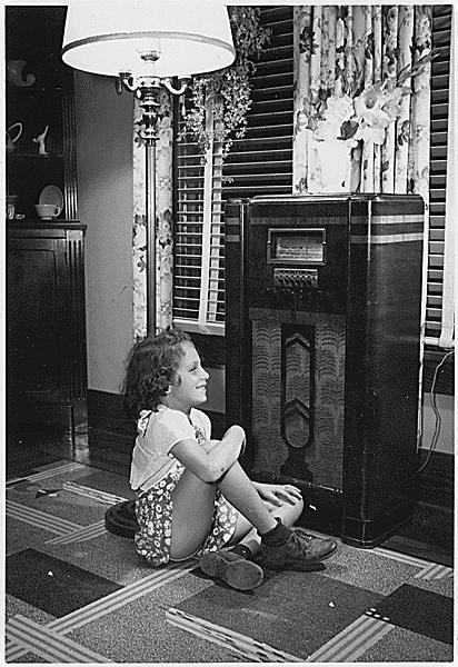 Girl_listening_to_radio