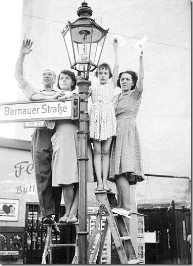 Jung, Abitanti della Germania Ovest salutano i parenti che vivono oltre il Muro, nel settore Est di Berlino, 1961 - © Jung - Ullstein Bild - Archivi Alinari