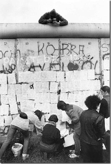 Shachman, Dimostranti appartenenti a varie organizzazioni della sinistra berlinese protestano davanti al Muro, 30 maggio 1987 - © Ullstein Bild - Archivi Alinari