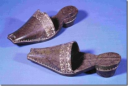 Manifattura tedesca. Pianelle 1635-1647 ca. Serpentino; cm 10 x 30,5 ciascuna Copenaghen, Nationalmuseet, Danmarks Middelalder og Renæssance -National Museum of Danmark