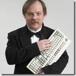 Foto de Eric S. Raymond segurando um teclado