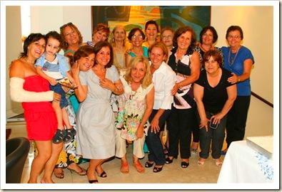 Na foto temos: Acima a Fabiana com o filhinho (é filha da Candida Parreira) Depois temos: Judite (filha da tia Luzinha): Adélia (neta da tia Clarinda); Aldina (filha do Narciso e Inácia e é minha irmã); Candida (filha da Maria Eugenia e Amadeo) Lurdes (filha da tia Tereza e Manuel Tomé e minha prima); Candida Parreira (filha de Manuel Salgueiro e Umbelina) Zulmira(eu..filha de Narciso e Inácia); Julieta (filha de Antonio Carvalho e Maria do Ceu); Judite( filha de Antonio Salgueiro e Maria Augusta); Diolinda (filha da tia Domicilia; Juventina (filha da Maria Eugenia e Amadeo); Natalia esposa de Manuel Duarte (este de V.deP.)..mas ela é de Vila Châ.