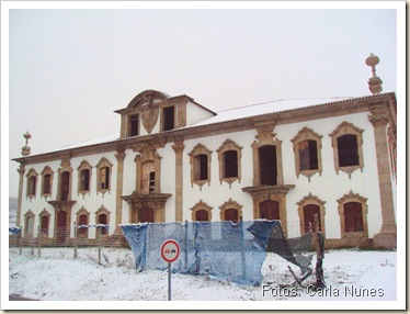 Casa grande com neve
