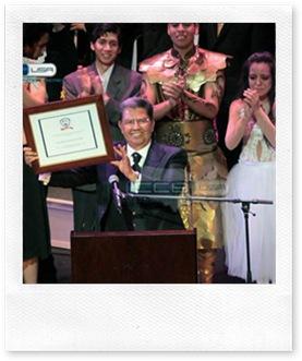 Apóstol de Jesucristo Dr. Samuel Joaquín FLores recibiendo reconocimiento de la APS