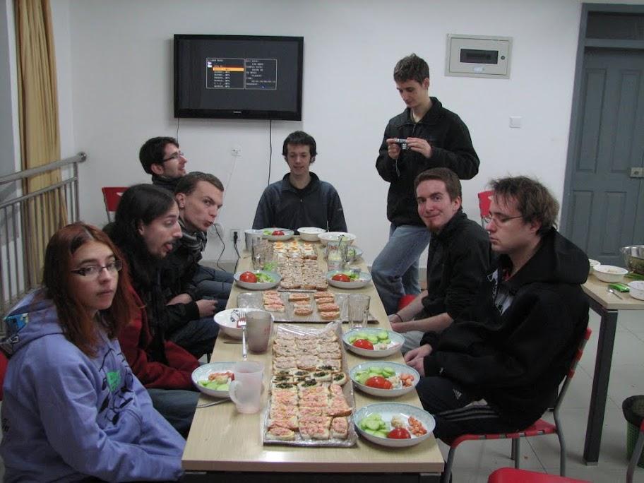 Tout le monde autour de la table.