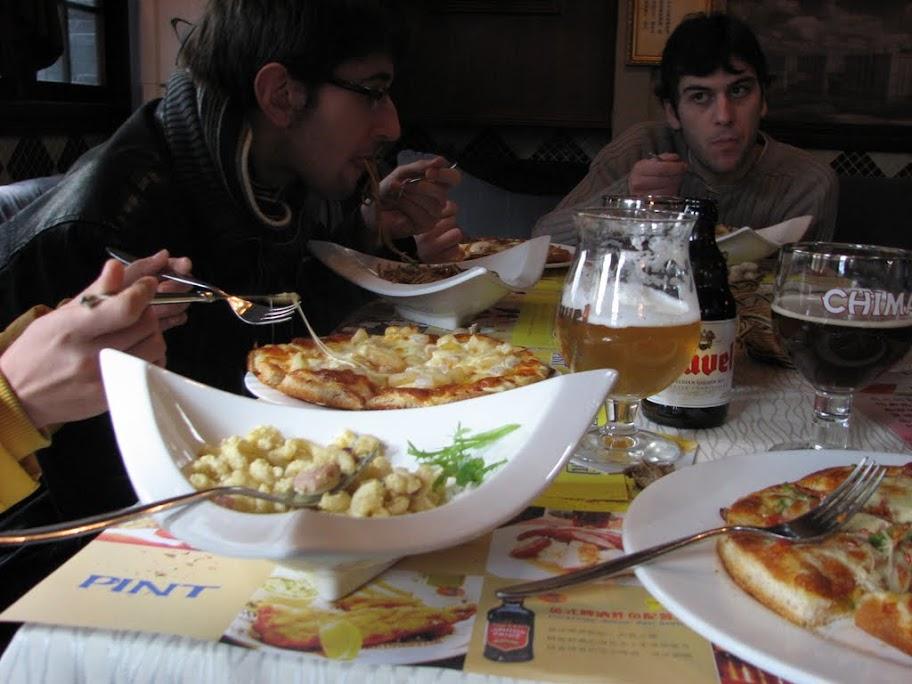 Le repas: pizzas et carbo.