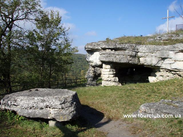 скельний храм в Монастирку