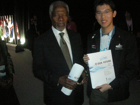 Kofi Annan with the Malaysia One Young World 'Our Future Says' Report