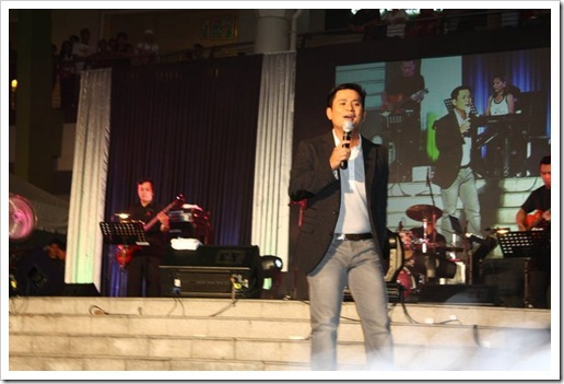 Ogie Alcasid during his concert at the Ayala Center Cebu's The Terraces