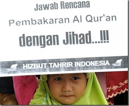 indonesian-protestor-koran-burning-550x452