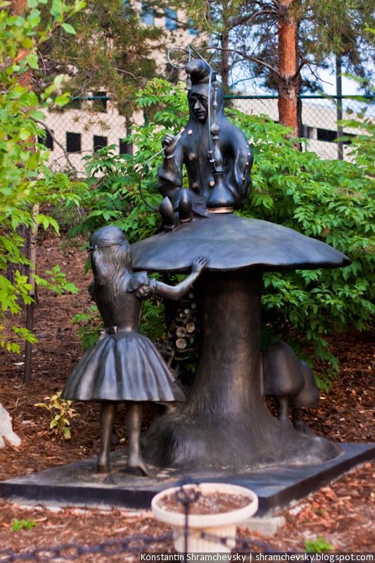 США Колорадо Денвер Энглвуд Самсон Парк Гриб Гусеница Алиса в Стране Чудес Зазеркалье