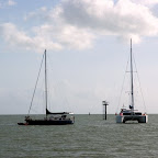 Kollisionsboot driftet an Katamaran vorbei