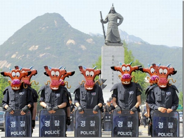 South Korean anti-riot policemen stand guard along a road in Seoul on May 31, 2008 for protests against government's decision to resume beef imports from the US.  South Korea's three opposition parties joined forces May 30 and filed a lawsuit aimed at overturning a government decision to resume controversial imports of United States beef. AFP PHOTO/KIM JAE-HWAN (Photo credit should read KIM JAE-HWAN/AFP/Getty Images)
