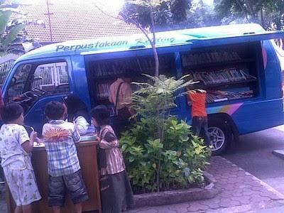 Perpustakaan Keliling di Taman Bungkul Surabaya