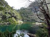 Lac vert sous ciel gris