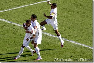 Neymar, Ganso e Robinho comemoram o primeiro gol do Santos na final do Paulista contra o Santo André