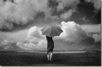 moça na chuva olhando o mar