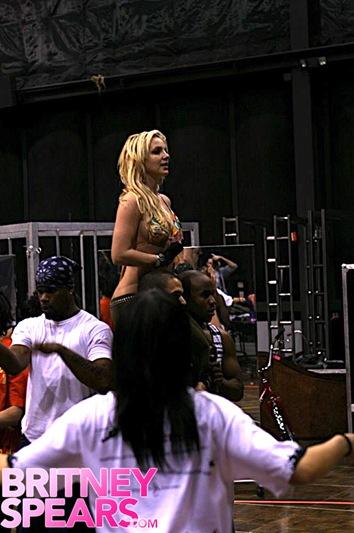 britney-spears-bikini-dance-07