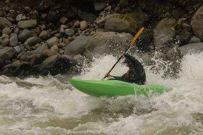 Este é um dos kayaks que supervisiona a nossa passagem pelos rápidos. Eles descem primeiro, voltam-se para nós e esperam que desçamos sob o seu olhar atento. Temos sempre kayaks à frente e atrás de nós em todos os rápidos. Digam lá se o emprego destes gajos não é a loucura!