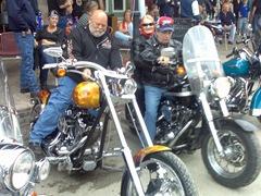 Adoro a avózinha ali atracada ao motard, de lenço da cachola! ESTEVINHO!!! Esta era do Clube das Belhinhas!