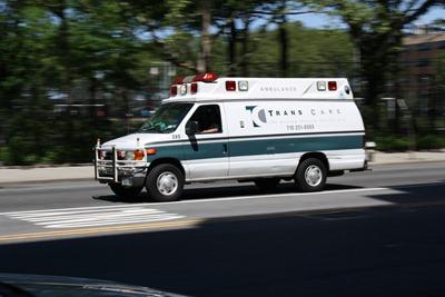 Uma ambulância a abrir em Hell's Kitchen, Manhattan