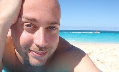 Na praia em Nassau... a água é beeeem mais fria do que esperava!
