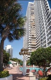 A piscina fica no décimo piso, mas o edifício do hotel continua por ali acima|