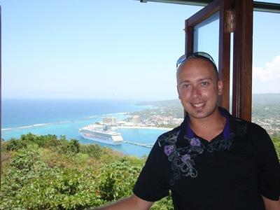 Na janela do restaurante no cimo da montanha. É aqui que vou almoçar com o Grégos e companhia no dia 24.
