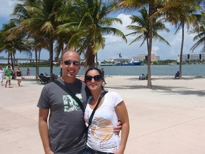 Clô e eu com o Destiny lá ao longe no porto de Miami