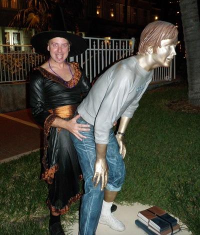 Isto é o que eu faço a qualquer homem-estátua que me apareça à frente! Cuidado!