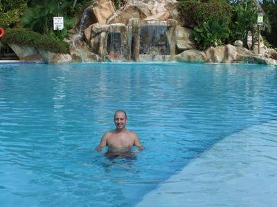 A mostrar a musculatura na piscina