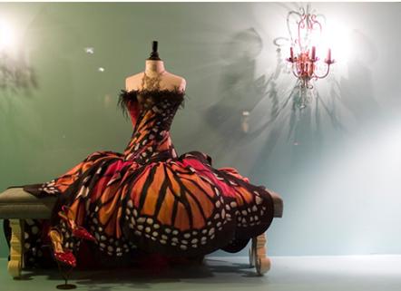 Vestido inspirado en la mariposa monarca por Luly Yang