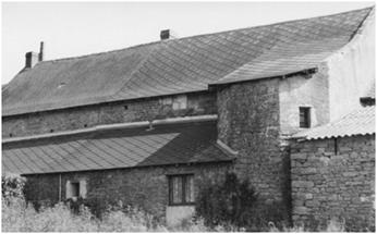 L'ancien manoir du Haut-Lin  transformé en métairie a perdu de sa superbe: étage supérieur abaissé, fenêtres murées, tour décapitée…