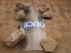 4 , 5 và 6, Vũng máu tại hiện trường được che đậy nhằm phi tang bằng tấm kính có in dòng chữ Police