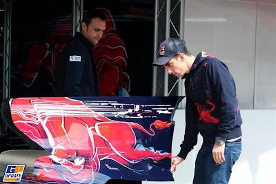 Себастьян Буэми осматривает кожух двигателя