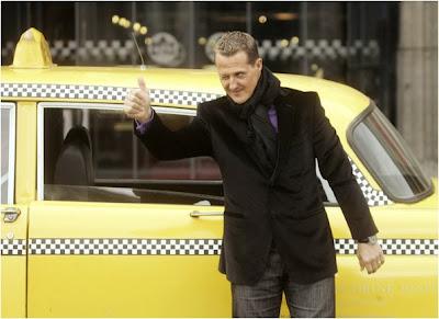 Михаэль Шумахер на фоне такси