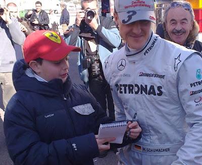 Михаэль Шумахер отказывает ребенку в автографе