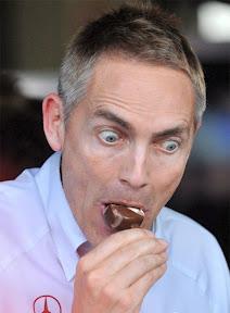 Мартин Уитмарш ест мороженное