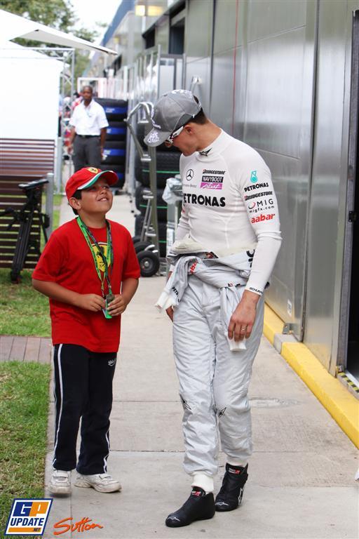 Михаэль Шумахер и очередной мальчик в шмотках Феррари