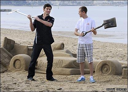 Марк Уэббер и Себастьян Феттель с лопатами на песочном пляже
