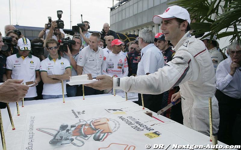 Педро де ла Роса разделывает праздничный торт в честь 25-ти летия гонки на Хунгароринге