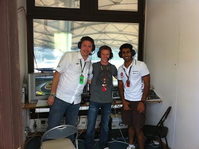 Карун Чандхок в комментаторской кабинке BBC на Гран-при Венгрии 2010