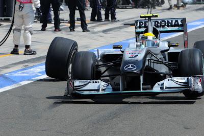 Нико Росберг теряет колесо на питлэйне после пит-стопа на Гран-при Венгрии 2010